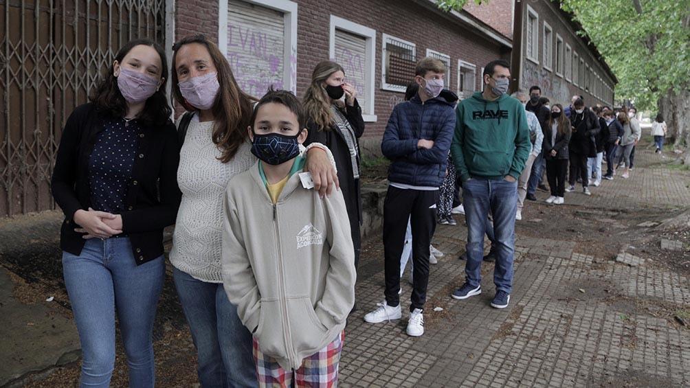 María Ramos acompañó a sus hijos Santino de 11 años y Lucía de 13, para su vacunación pediátrica. (Foto Leo Vaca)